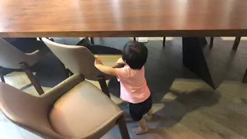 西門女兒 很愛拖椅子? 從小就要當椅粉嗎