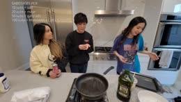 """Sykkuno & Rae doing Rae's patented """"deghh"""" + Single-handed egg open"""