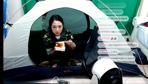 군인체험 텐트 안에서 전투식량먹는중
