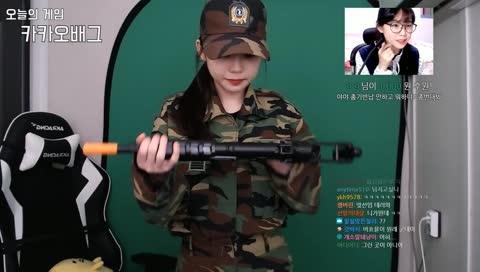 총을 남에게 주는 군인?