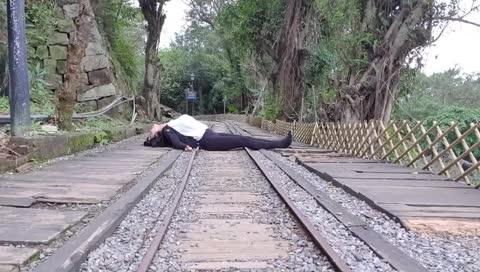 企鵝妹躺鐵軌上拍照?挺胸?